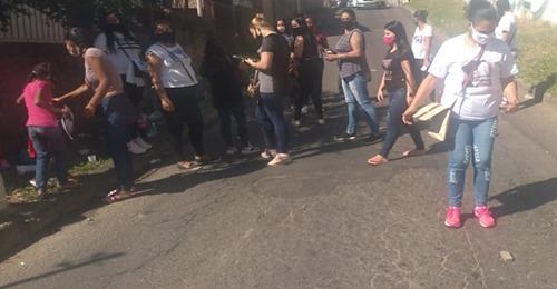 Familia de detentos fazem manifestação sobre a prioridade de vacinação. Saiba mais:
