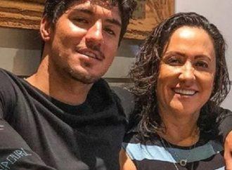 Mãe de Medina corta relação com filho após perder mesada de R$ 200 mil. Saiba mais: