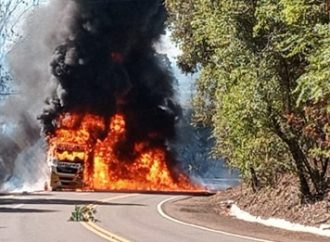 Rodovia é interditada após caminhão pegar fogo Veja as fotos: