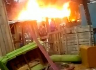 Homem espanca mulher, coloca fogo na casa e mata os dois cachorros queimados