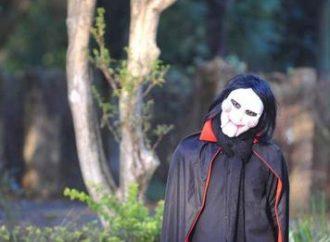 Com fantasia pessoa assusta pedestres no Parque Farroupilha