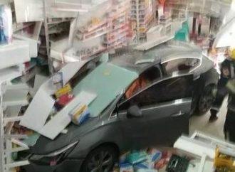 SUSTO: motorista se engana, acelera carro ao invés de desligar e invade farmácia