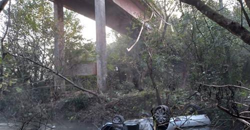 Mãe e bebê de 1 ano morre após carro cair de ponte
