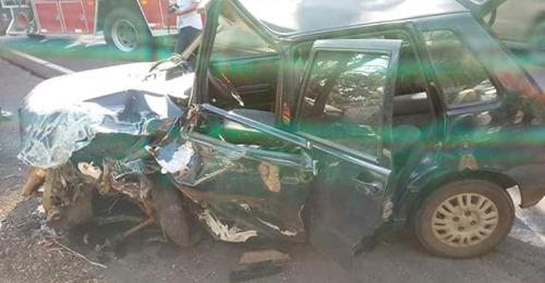 Uno fica destruído após colisão na BR 116; Ônix capotou