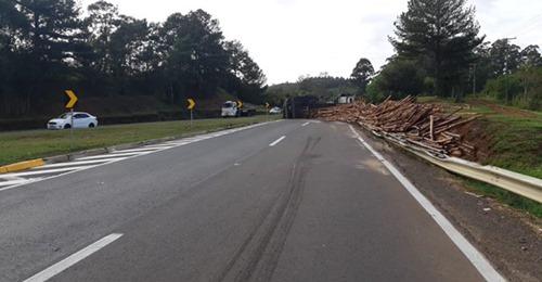 Caminhão tomba e bloqueia a BR-386