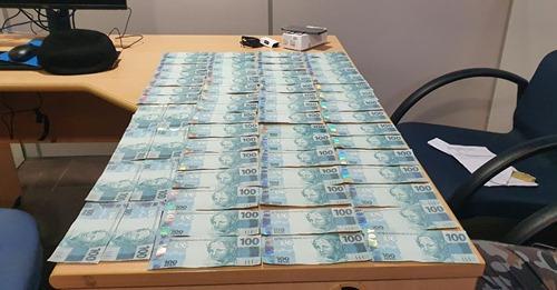 Mulher é presa com mais de R$ 3 mil em notas falsas dentro do sutiã