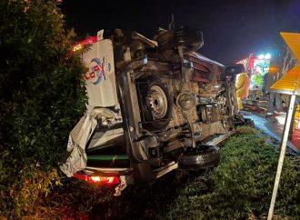 Acidente agora a noite com ambulância na Freeway