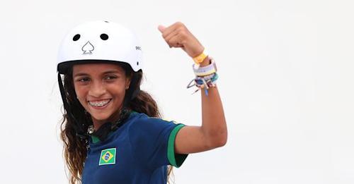 """Rayssa Leal, uma skatista """"fadinha"""", é prata e se torna a brasileira mais jovem da história a subir no pódio em Olímpiadas"""
