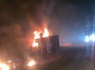 Caminhão e carro pegam fogo na BR-386 após colisão