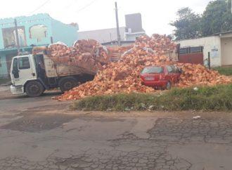 SUSTO: Carga de tijolos cai em cima de carro em Cachoeirinha