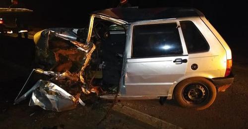 Motorista de carro morre após colidir frontalmente com caminhão