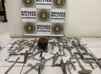 OLHA ESSA: homem é preso por roubar crânio e crucifixos de cemitério