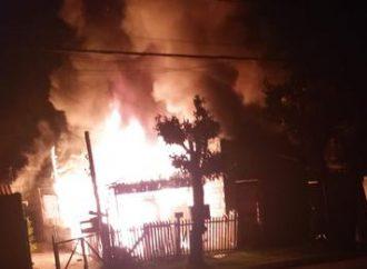CANOAS: incêndio destrói casa e 3 carros no bairro Mathias Velho