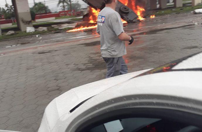 VÍDEOS: caminhão despensa de viaduto, pega fogo e explode