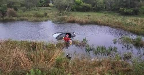 Carro sai da pista e cai em banhado na Estrada do Mar