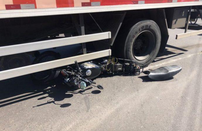 Colisão com caminhão deixa motociclista ferido em Canoas