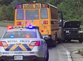 EUA: Adolescente morre e dois ficam feridos após ataque a ponto de ônibus escolar
