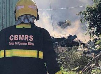 Bombeiros tentam apagar incêndio em residência de Canoas