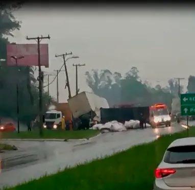 Acidente com dois caminhões deixa feridos e provoca lentidão na RS-240, em São Leopoldo