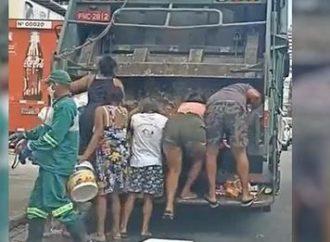 VÍDEO: Moradores de Fortaleza 'brigam' por restos de comida em caminhão de lixo
