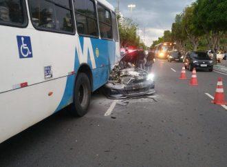 BMW entra debaixo de ônibus e fica destruído; veja vídeos